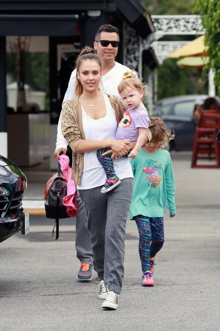 Jessica Alba en famille à Brentwood, le 21 juillet 2013.