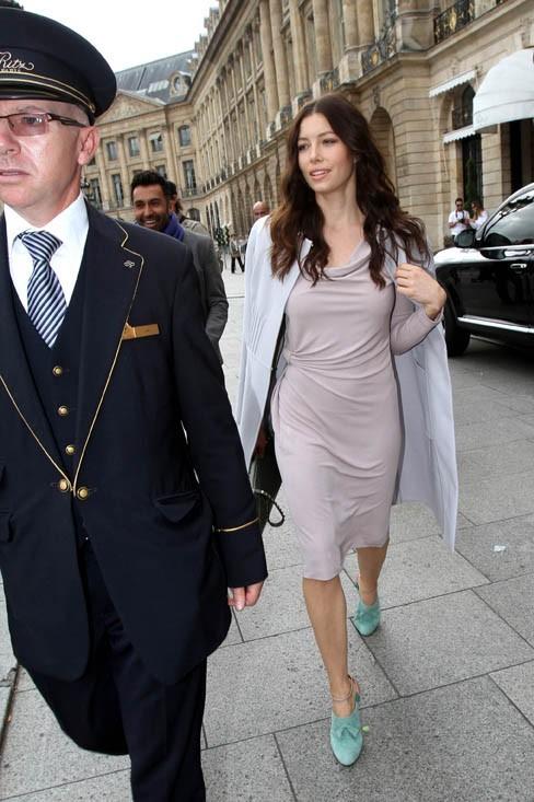 Une fashionista dans les rues de Paris