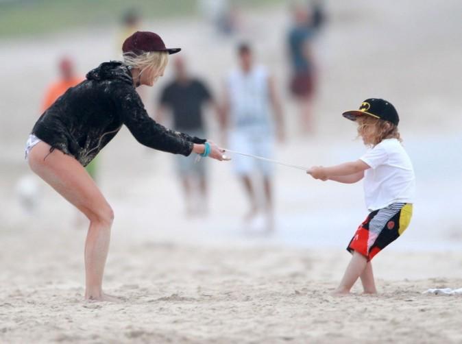 Ashlee Simpson et son fils Bronx sur une plage à Hawaï, le 26 décembre 2012.