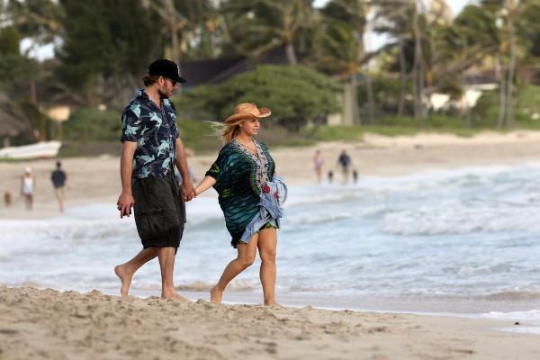 Jessica Simpson et Eric Johnson sur une plage à Hawaï, le 26 décembre 2012.
