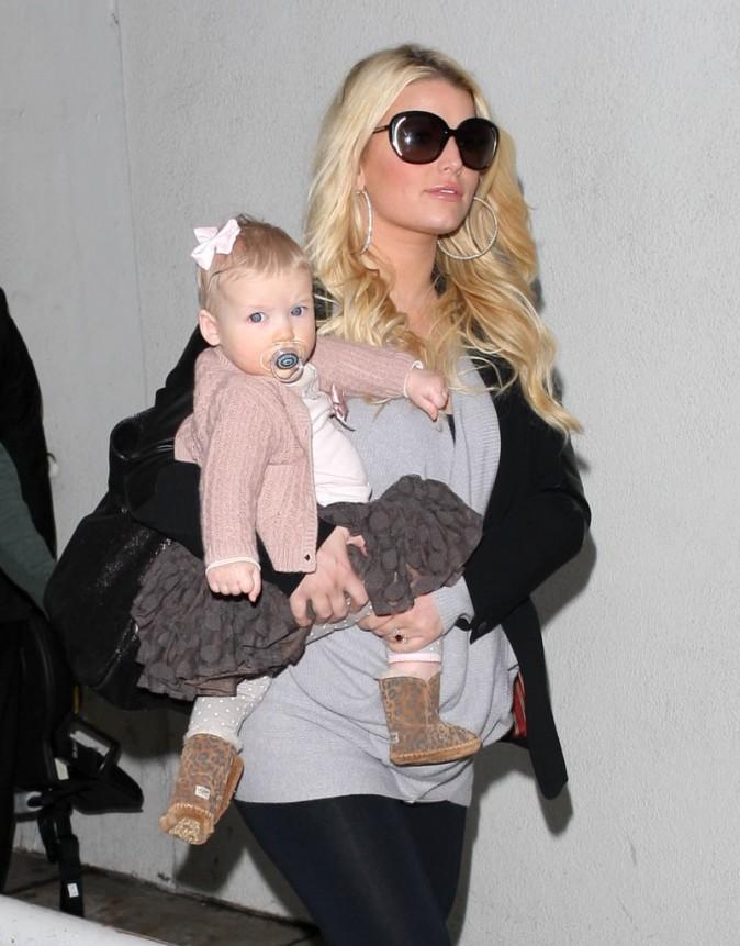 Jessica Simpson en famille à l'aéroport de Los Angeles, le 29 novembre 2012.