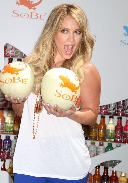 Hilary Duff fière de ses deux beaux melons !