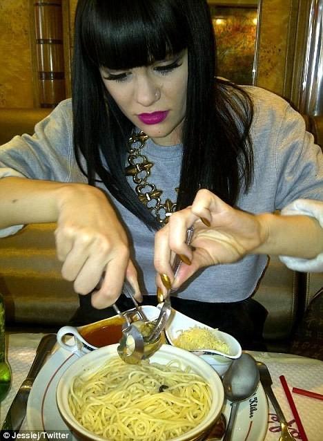 Jessie J en train de manger des escargots au Café Kléber à Paris, le 22 septembre 2011.