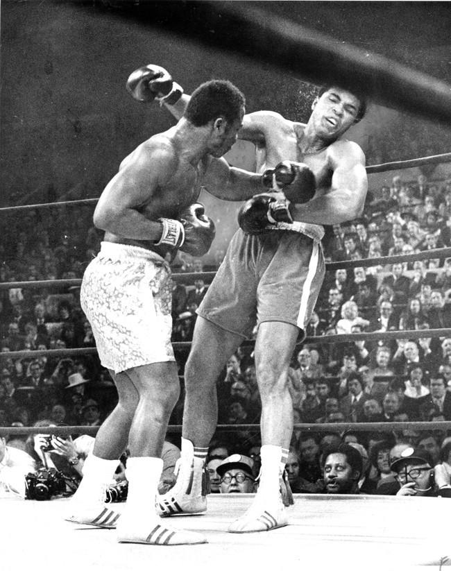 Avec ce crochet, Joe sonne son éternel rival Mohamed Ali !
