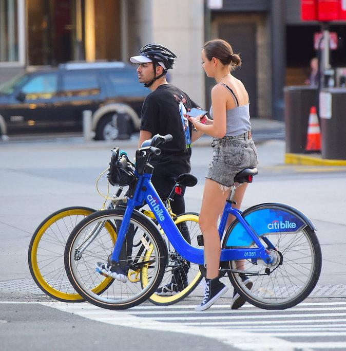 Joe Jonas : Ballade à vélo dans les rues de New York avec une jolie brune …