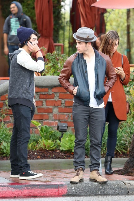 Joe Jonas, Nick Jonas et Blanda Eggenschwiler le 30 novembre 2012 à Los Angeles