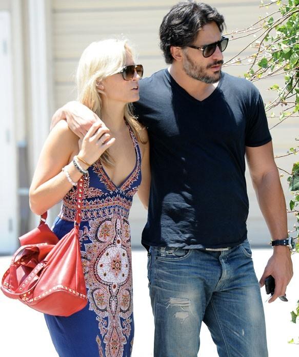 Joe Manganiello avec sa girlfriend dans le West Hollywood le 2 juillet 2012