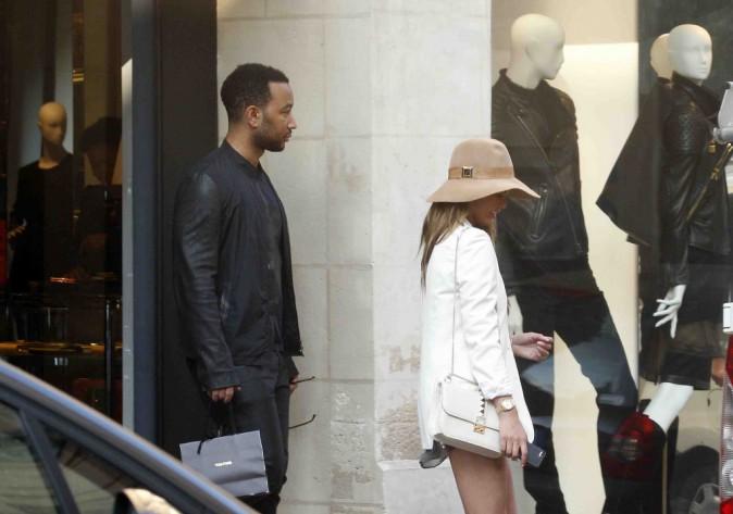 John Legend et Chrissy Teigen : journée shopping en amoureux à Paris !