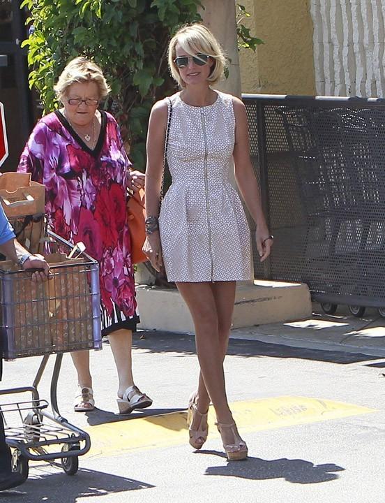 Laeticia Hallyday avec sa grand-mère à Santa Monica le 9 septembre 2012
