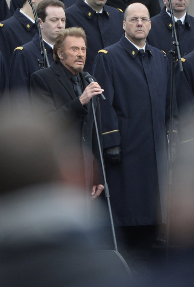Photos : Johnny Hallyday chante en hommage aux victimes des attentats...