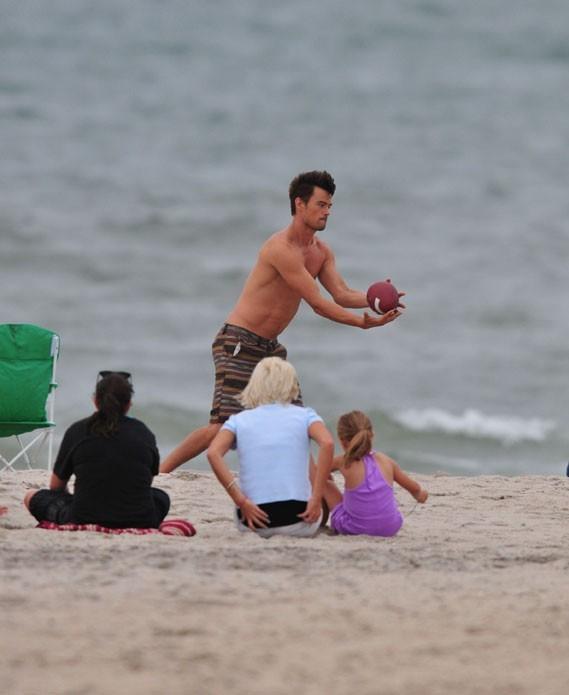 Josh Duhamel sur la plage de Kure Beach, en Caroline du Nord, le 30 juillet 2012