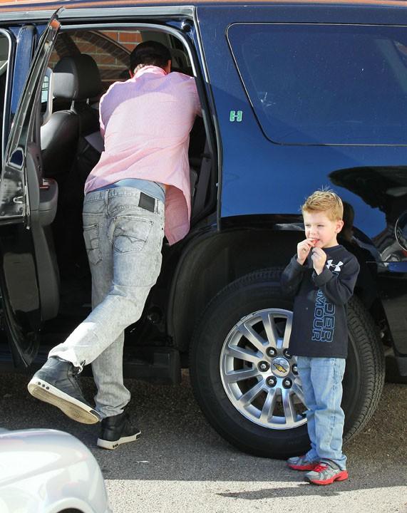 Josh Duhamel avec son fils Axl à Brentwood le 14 décembre 2013