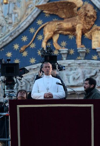 Jude Law sur le tournage de The Young Pope, le 13 janvier à Venise