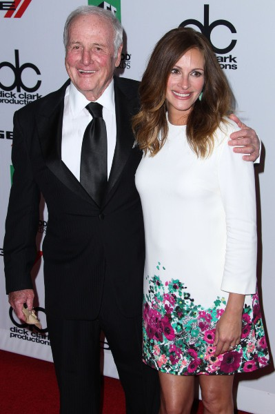 Julia Roberts et Jerry Weintraub lors de la soirée des Hollywood Film Awards à Los Angeles, le 21 octobre 2013.