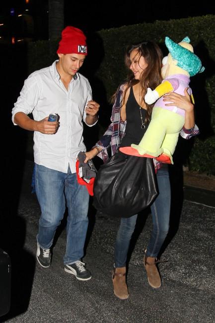 Nina Dobrev à la sortie d'Universal Studios à Los Angeles, le 6 octobre 2013.
