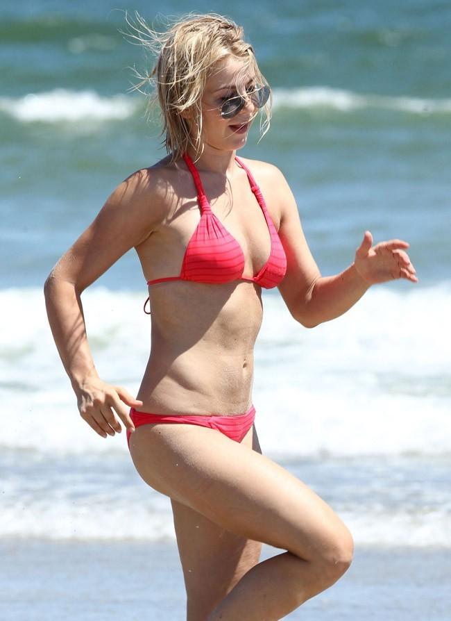 Julianne Hough le 15 juillet 2012 sur la plage, en Caroline du Nord