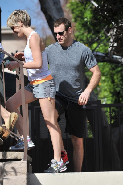 Julianne Hough et Brooks Laich en balade à Studio City, le 16 février 2014.