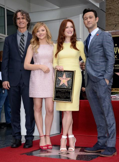 Jay Roach, Chloe Grace Moretz, Julianne Moore et Joseph Gordon Levitt sur le Walk of Fame à Hollywood, le 3 octobre 2013.