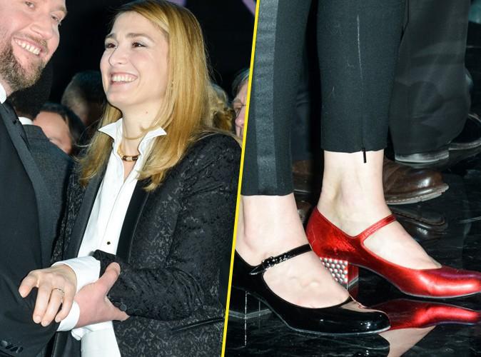 Julie Gayet : décalée avec ses chaussures dépareillées !