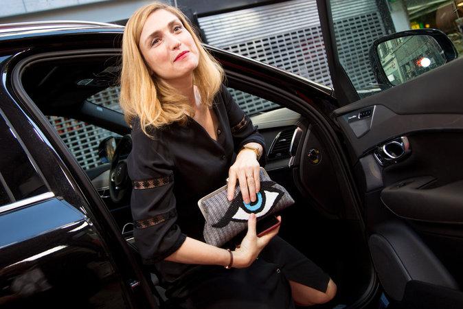 Photos : Julie Gayet : elle ne cache plus sa bague au doigt !