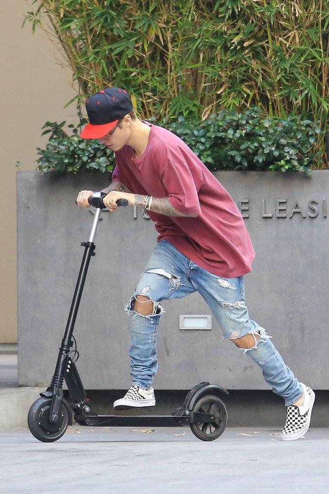 Photos : Justin Bieber, dépressif ? Il s'amuse comme un fou avec sa trottinette !