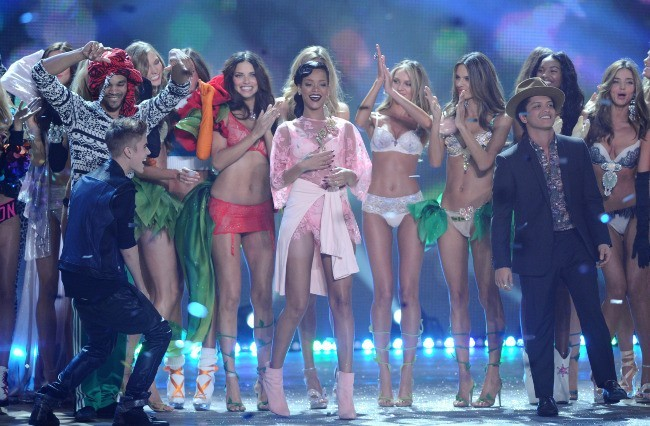 Justin Bieber et Bruno Mars lors du défilé Victoria's Secret à New york, le 7 novembre 2012.