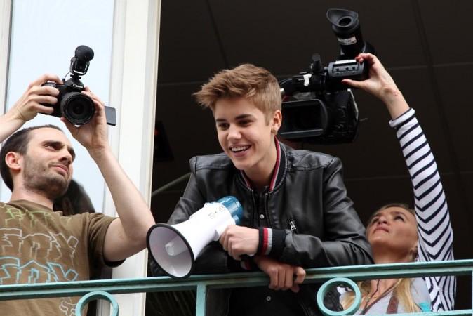 Ses fans sont venus l'attendre en bas de l'immeuble Universal