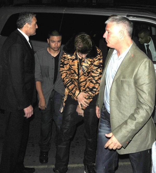 Justin Bieber avec sa veste léopard le 9 juin 2012 à Londres