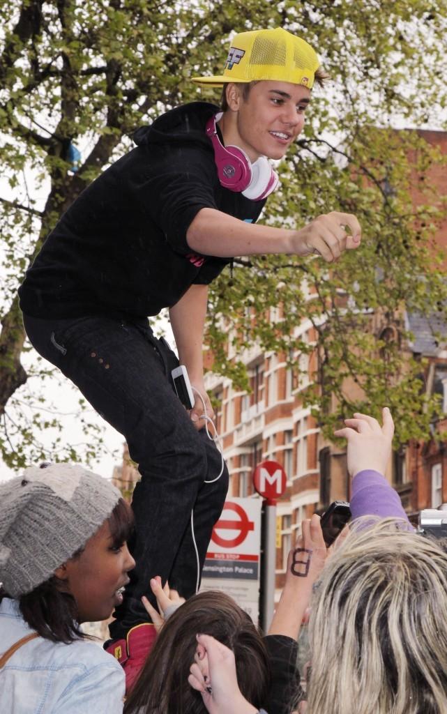 Justin échappe à la foule....