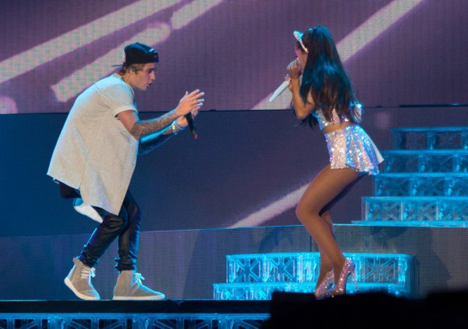 Justin Bieber et Ariana Grande sur scène à Inglewood le 8 avril 2015