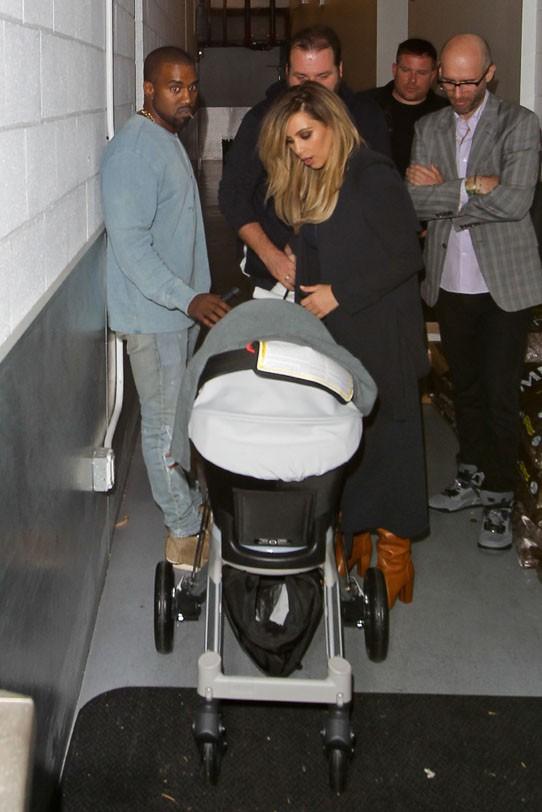 Kim Kardashian et Kanye West à la sortie du Jimmy Kimmel Live le 9 octobre 2013