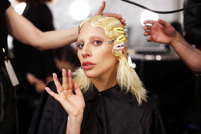 Photos : Karlie Kloss, Lady Gaga, Jennifer Lopez... Sos : make-up en été et opération démaquillage !