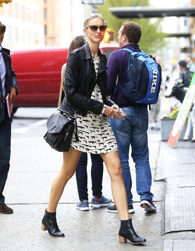 "Karolina Kurkova dans les rues de New-York avec sa robe ""gun"" le 19 avril 2013"