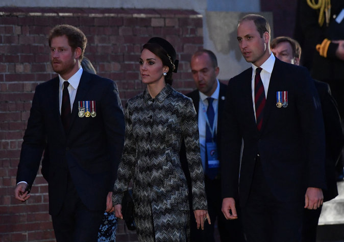 Photos : Kate de Cambridge s'entoure de William et Harry pour son voyage en France !