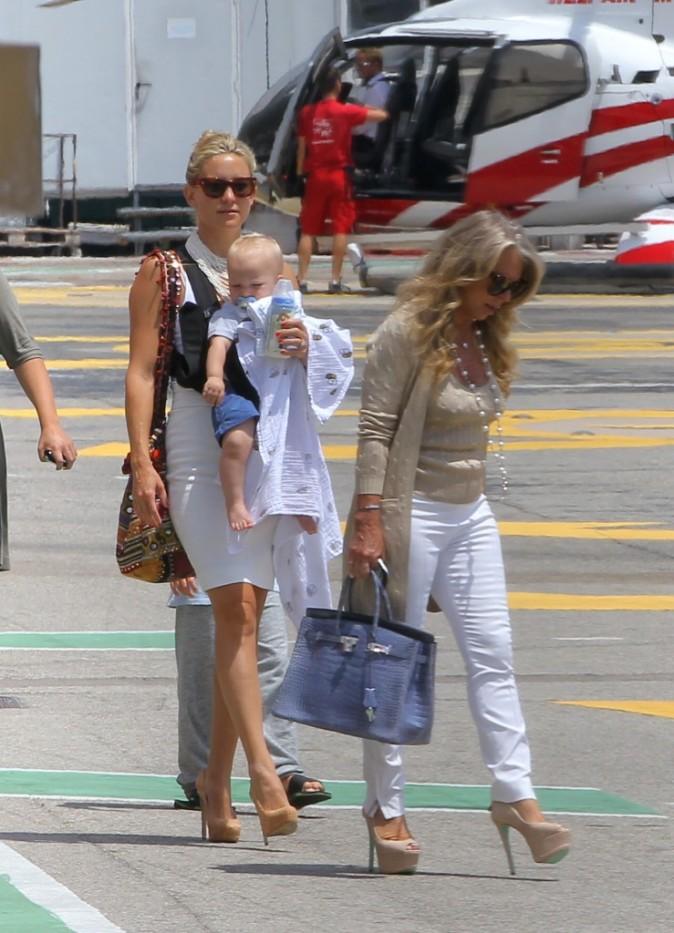 Kate Hudson en famille à l'héliport de Monaco, le 25 juin 2012.