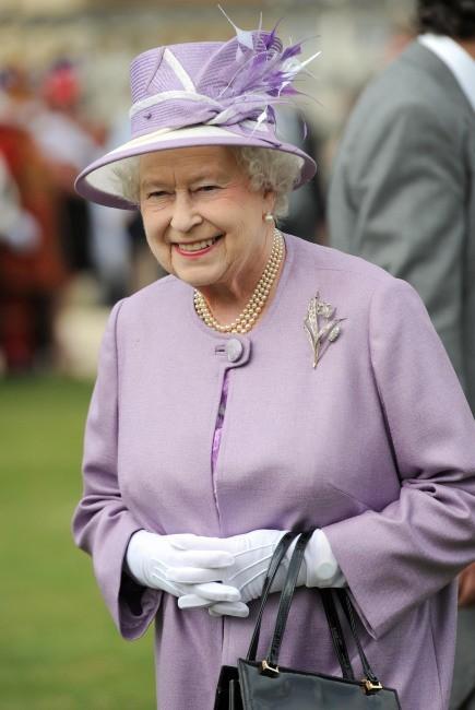 """La reine Elizabeth II lors d'une """"garden party"""" à Buckingham Palace, le 29 mai 2012."""