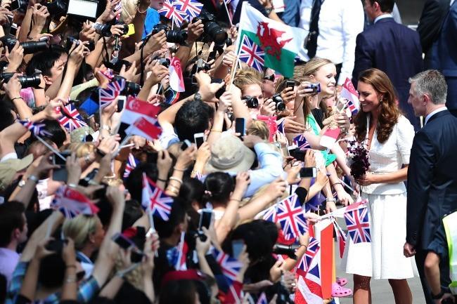 Bain de foule pour Kate Middleton à Singapour, le 12 septembre 2012.