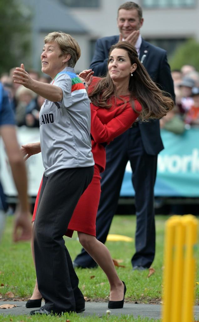 >> Kate, glamour en toutes circonstances... sauf quand elle joue au criquet !