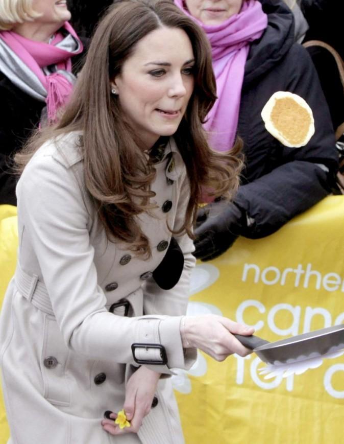 Kate prend très à coeur le lancé de crêpes !