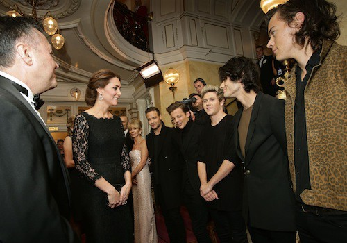 Photos : Kate Middleton : petit baby bump apparent pour une vraie groupie !