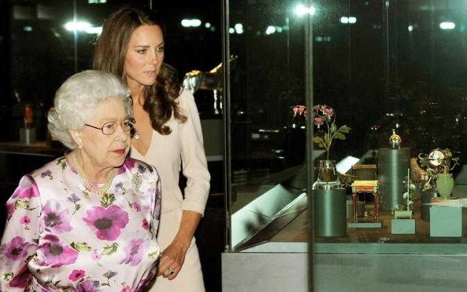 Elizabeth II semble très perplexe !