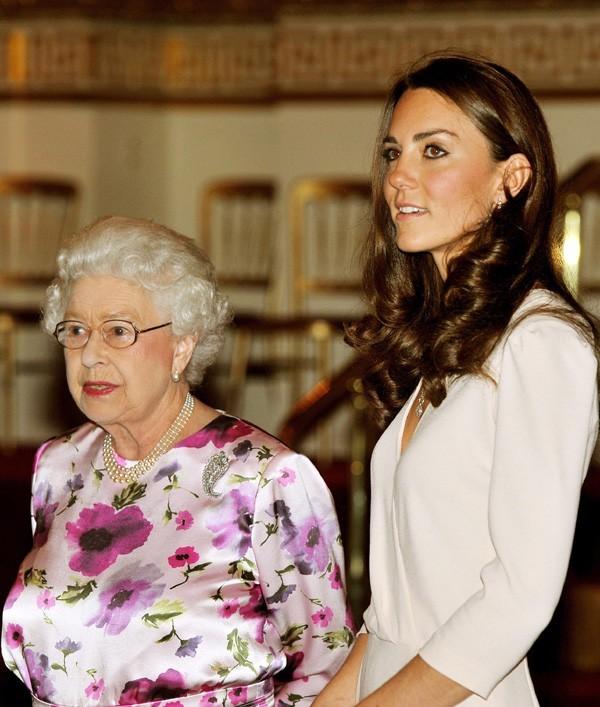 Kate fait bonne figure aux côtés de la Reine ...