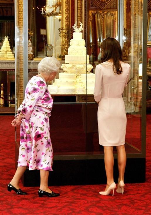 La Reine inspecte tout de près !