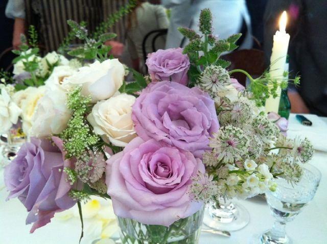 Sur les tables, des bouquets très printaniers...