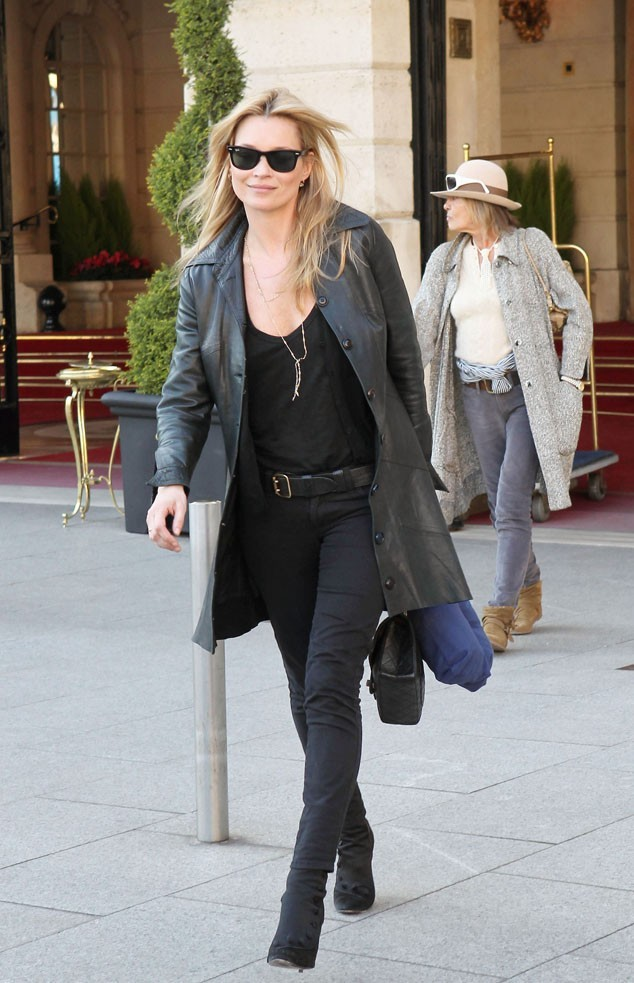 Mais qui est cette vieille dame derrière Kate Moss ?