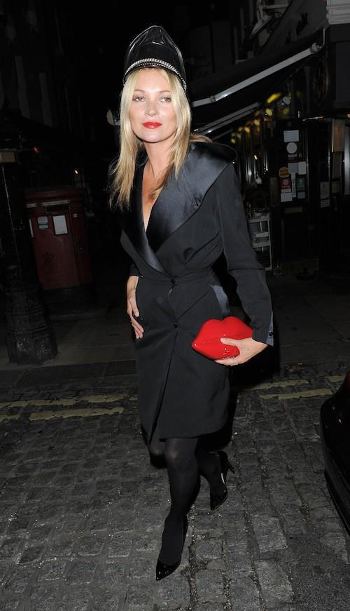 Photos : Kate Moss : sexy avec son képi SM chic !
