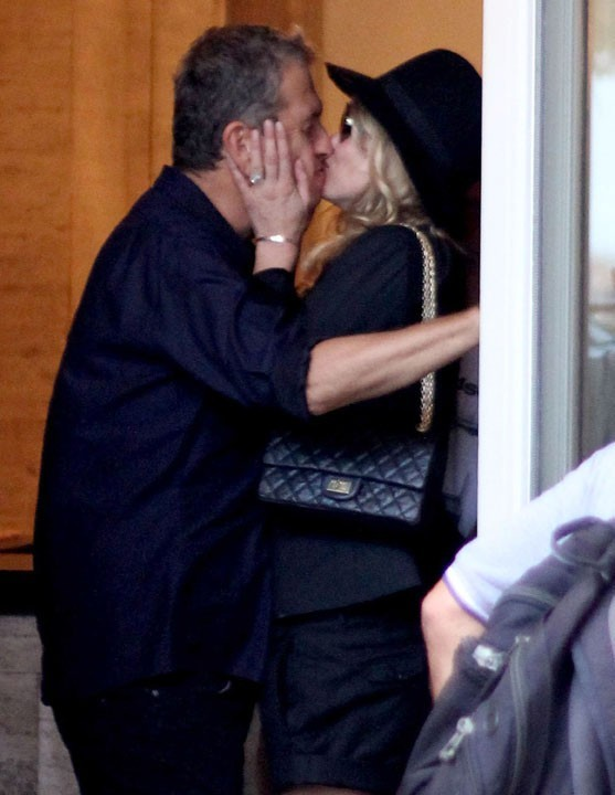 Kate Moss embrassant le photographe Mario Testino à Rio de Janeiro, le 16 février 2011.