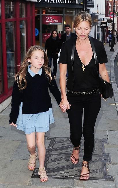 Kate Moss et sa fille Lila Grace à Londres, le 6 juin 2013.