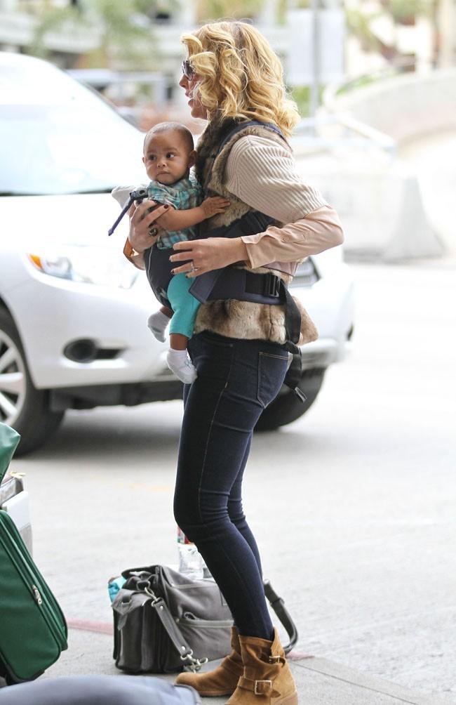 Katherine Heigl avec sa fille Adelaide à l'aéroport de Los Angeles le 2 décembre 2012