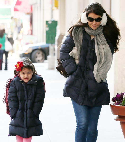 Katie Holmes et sa fille Suri par temps froid